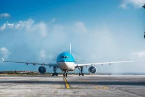 Prome buelo 'comercial' a yega Aruba for di Europa despues cu frontera a habri bek