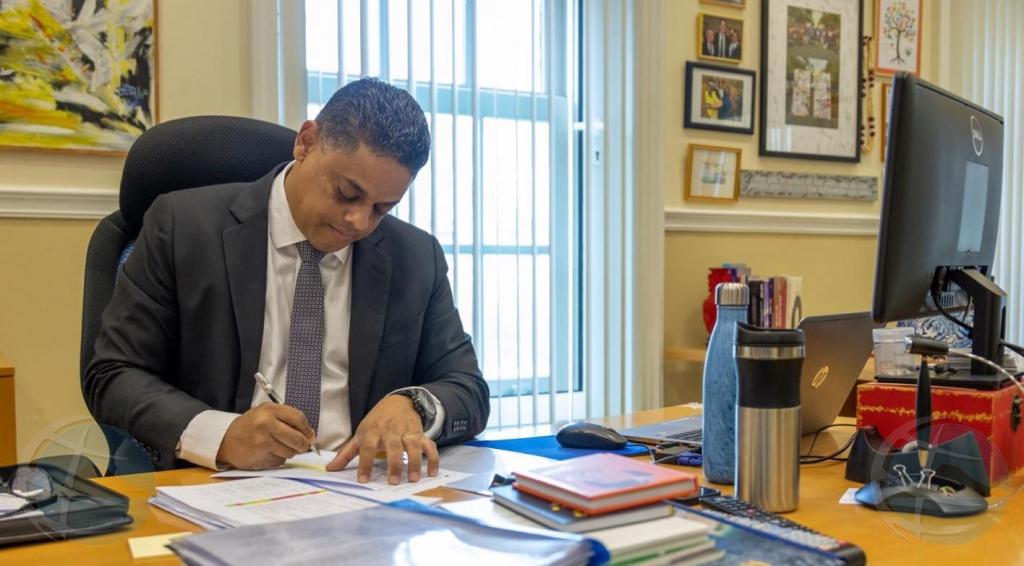 Premier Rhuggenaath ta compronde medida di Aruba pa cera bubble