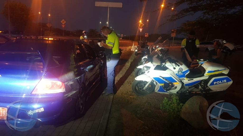 Polis a cuminsa controla number di auto caba