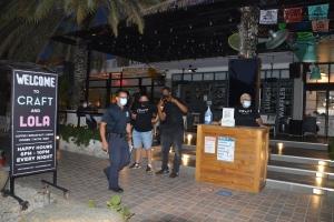 Grupo di restaurant y bar a protesta orario nobo di Toque de Queda