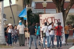 Grupo di persona a protesta contra abuso di mucha