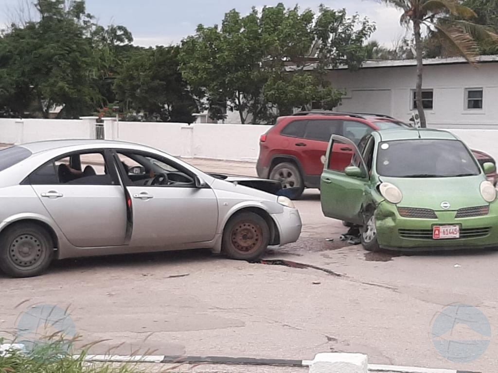 Accidente entre dos auto na cruzada di Harmony Supermarket
