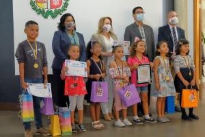 Ganadornan a ricibi nan premio di Concurso di Pinta y Kleur