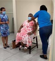 E prome persona na Bonaire a ricibi su vacuna contra Covid19