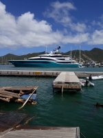 Mega yate a perde control y crash den pier na St Maarten Yacht Haven