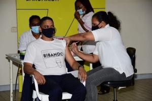 Prome minister Rhuggenaath entre e prome na Corsou pa vacuna contra Covid19