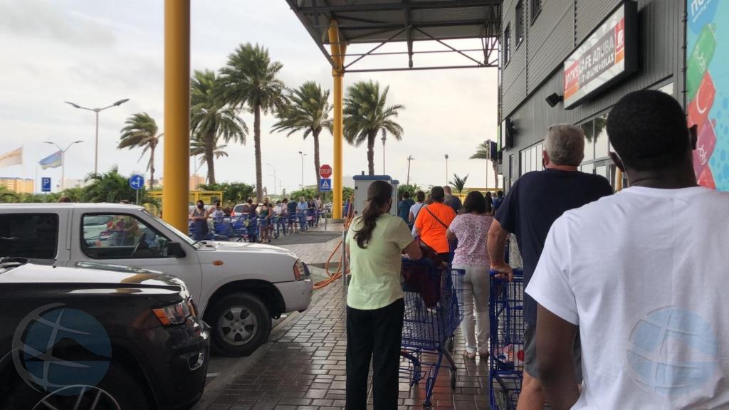Filanan largo na supermercadonan diasabra a causa aglomeracion henter dia
