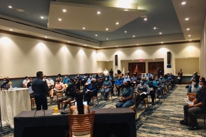 Mobile team di DVG cu charla informativo den hotelnan y comercio pa cu vacuna