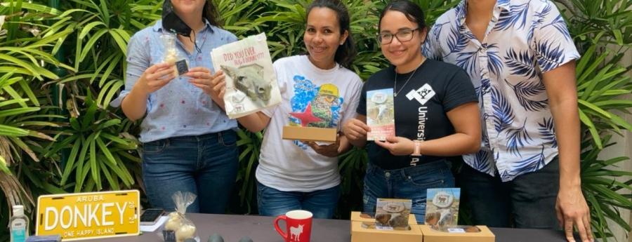 Studiante nan di Facultad di Turismo cu donacion na Fundacion Salba Nos Burico