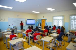 Empleadonan di Aruba Bank ta inspira studiantenan di Colegio San Antonio