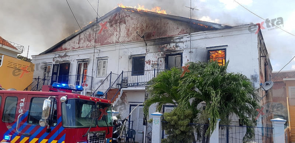 Na Corsou, candela feroz a destrui cas den Penstraat
