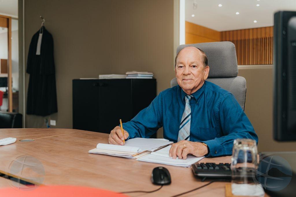 Abogado Hendrik Croes ta pasa timon di oficina pa su coleganan di oficina