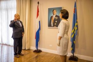 Gobernador interino a huramenta 8 miembro nobo di Parlamento