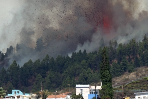 Volcan riba un di islanan Canaria a drenta den erupcion