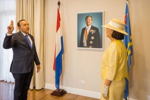 E ocho ministernan di Gabinete Wever Croes II a huramenta!
