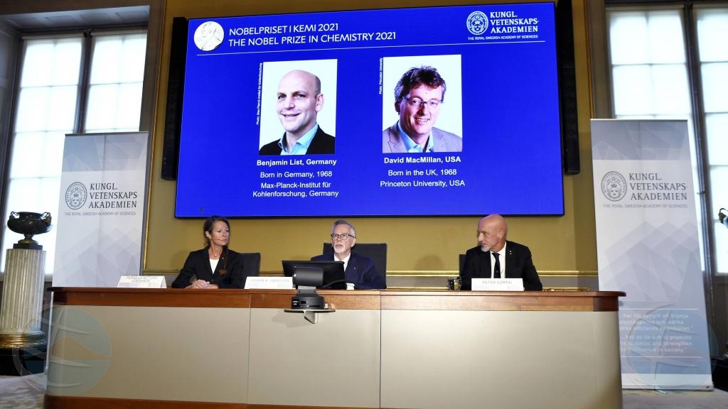 Premio Nobel di Ciencia pa Mericano y Aleman constructor di molecule