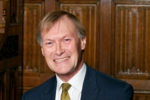Un homber a hinca un Parlamentario Britanico mata diabierna